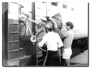Погрузка велосипедов в вагон