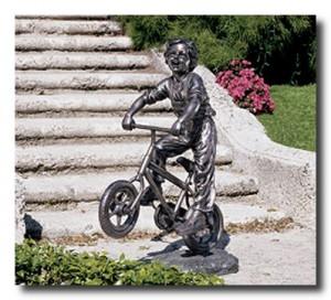 Скульптура мальчика на велосипеде